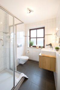 balkon-apartment-badezimmer