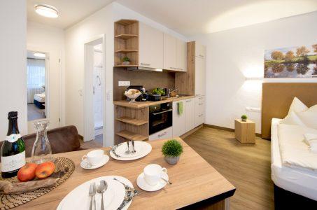 balkon-apartment-gedeckter-tisch