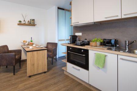 balkon-apartment-kueche-fruehstueck